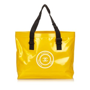 Chanel 7jchto009 Tote in Yellow