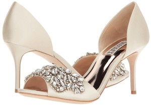 Badgley Mischka Ivory Hansen Crystal Embellished Pumps Size US 8 Regular (M, B)