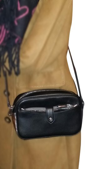 Preload https://img-static.tradesy.com/item/24929342/gili-black-and-silver-leather-cross-body-bag-0-1-540-540.jpg