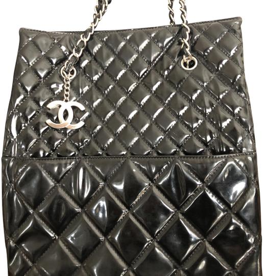 Preload https://img-static.tradesy.com/item/24961506/chanel-black-with-silver-chain-straps-and-silver-cc-charm-patent-leather-tote-0-2-540-540.jpg