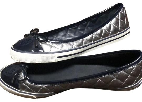 Preload https://img-static.tradesy.com/item/25021078/tory-burch-silver-and-navy-blue-flats-size-us-7-regular-m-b-0-1-540-540.jpg