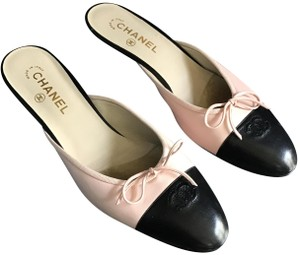 Chanel Euc Leather W/ Front Bow Kitten Heel Made In Italy Cc Logo On Toe Black and Light Pink Mules
