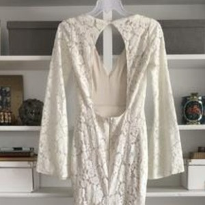 Cream Lace with Stretch Charmeuse Underlay. Mojave Feminine Wedding Dress Size 4 (S)