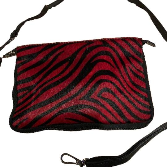 Preload https://img-static.tradesy.com/item/25101145/faux-red-leopard-leather-clutch-0-1-540-540.jpg