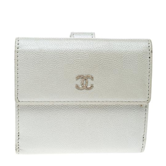 Preload https://img-static.tradesy.com/item/25101561/chanel-white-pearl-pebbled-leather-compact-wallet-0-0-540-540.jpg