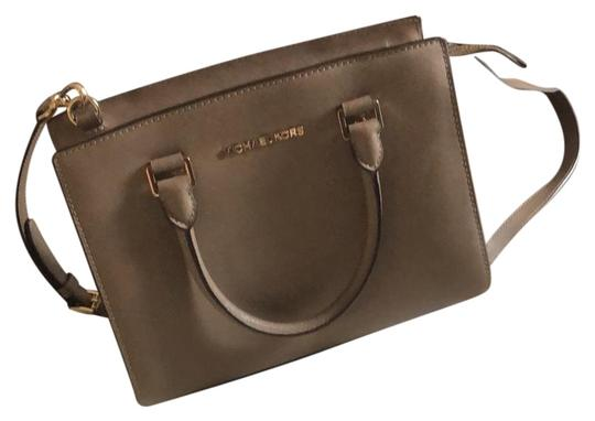 Preload https://img-static.tradesy.com/item/25111314/michael-kors-classic-grey-leather-cross-body-bag-0-1-540-540.jpg