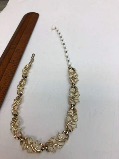 Vintage Vintage white & gold leaves gold bead chain necklace Image 3