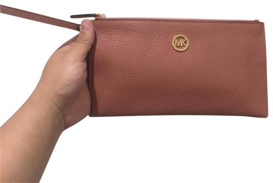 Preload https://img-static.tradesy.com/item/25127487/michael-kors-clutch-lady-s-zip-wallet-antique-rose-leather-satchel-0-1-540-540.jpg