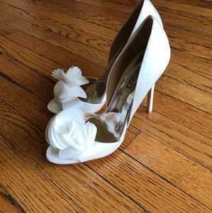 Badgley Mischka White Ginseng D'orsay Satin Flower Rosette Pumps Size US 8.5 Regular (M, B)