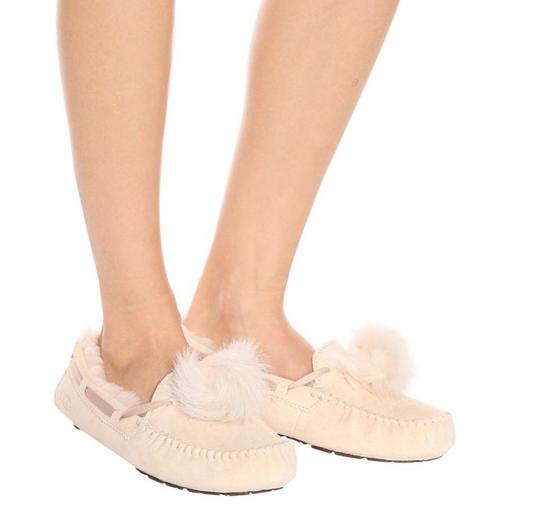 Preload https://img-static.tradesy.com/item/25139900/ugg-australia-cream-flats-size-us-7-regular-m-b-0-0-540-540.jpg