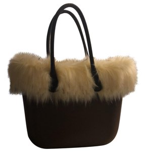 O bag Tote in brown with white faux fur