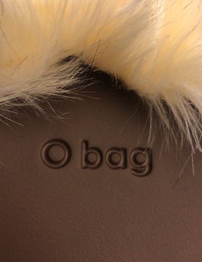O bag Tote in brown with white faux fur Image 5