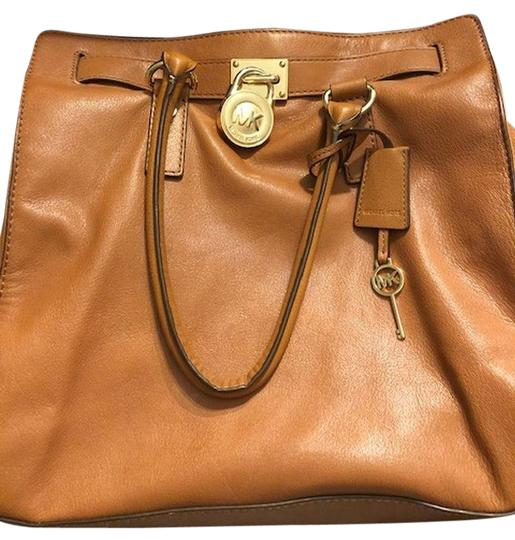 Preload https://img-static.tradesy.com/item/25183831/michael-michael-kors-hamilton-lockkey-browngold-hardware-tan-luggage-brown-gold-leather-tote-0-1-540-540.jpg