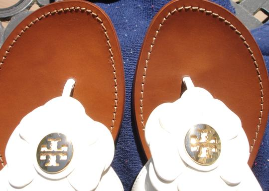 Tory Burch Thong Gold Logo Patent Leather Flats Run A Little Small White Sandals Image 6