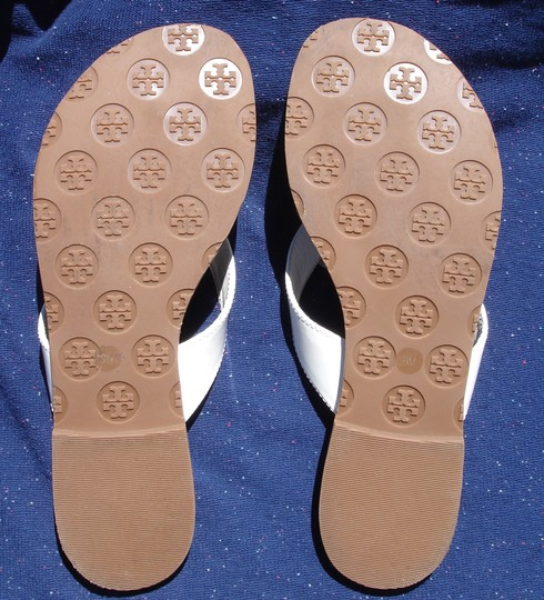 Tory Burch Thong Gold Logo Patent Leather Flats Run A Little Small White Sandals Image 9