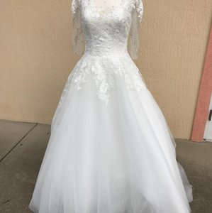 f9ac935e5b8 Allure Bridals Ivory Lace and Tulle 3006 Modest Wedding Dress Size 6 (S)