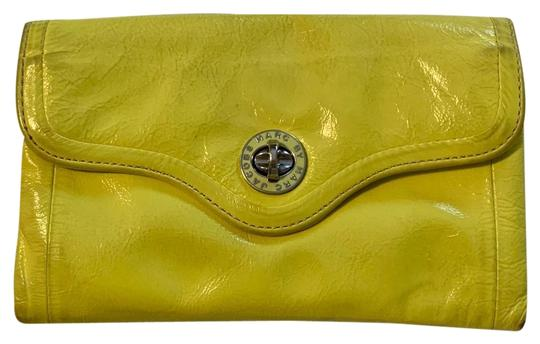 Preload https://img-static.tradesy.com/item/25252866/marc-jacobs-turnlock-wallet-clutch-yellow-patent-leather-wristlet-0-1-540-540.jpg
