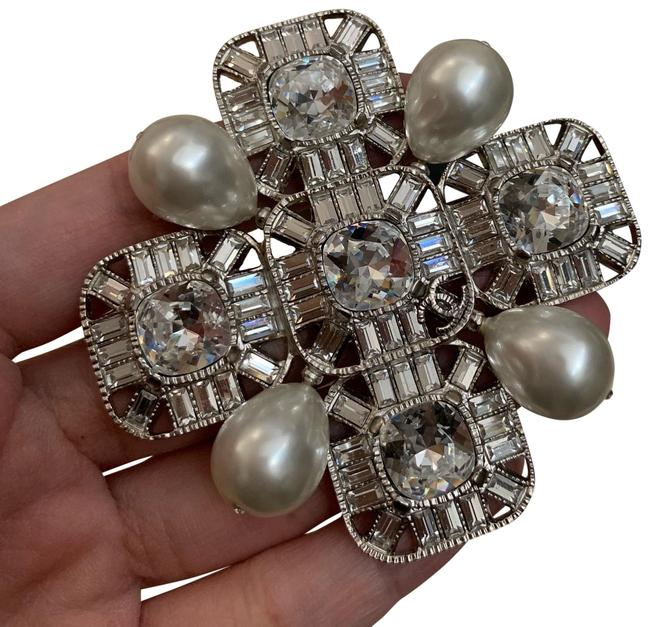 Item - Silver Extra Large Pearl and Crystal Broach