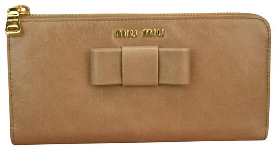 962b3013def3 Miu Miu Beige Cammeo Distressed Leather Bow Zip Logo Continental Wallet