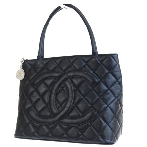 7546d55260bb Chanel Tote in black · Chanel. Médallion Silver Black Lambskin Leather Tote