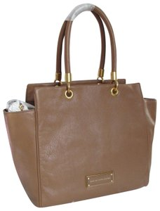 Marc by Marc Jacobs Mj Too Hot To Handle Bentley Tote in TAN BROWN PRALINE/GOLD HARDWARE