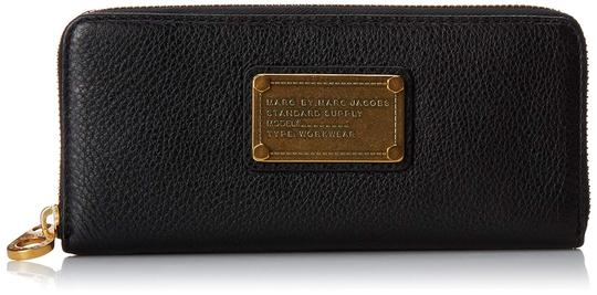 Preload https://img-static.tradesy.com/item/25268533/marc-by-marc-jacobs-black-classic-q-slim-leather-zip-around-wallet-0-0-540-540.jpg