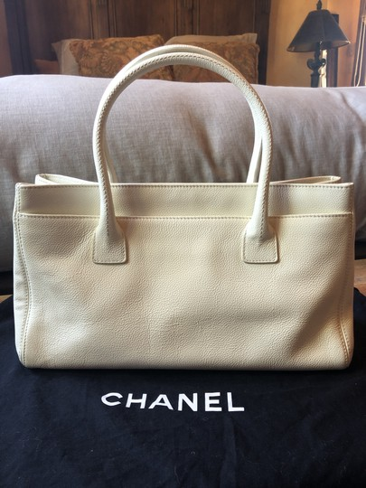 Chanel Leather Tote in off white Image 5