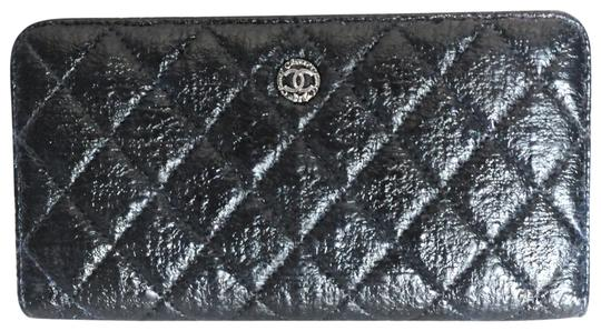 Preload https://img-static.tradesy.com/item/25296639/chanel-black-and-white-zip-around-quilted-leather-wallet-0-1-540-540.jpg