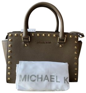 630719b189ccfd Michael Kors Studded Selma Crossbody Hardware Satchel in Dark Dune  Khaki/Gold