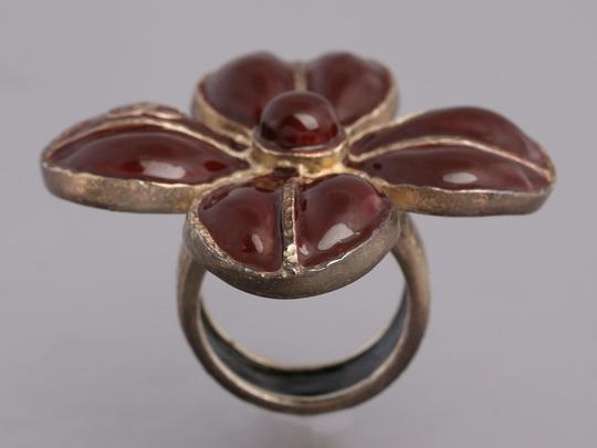 Chanel BROWN ENAMEL AND DISTRESSED SILVER TONE FLOWER RING Image 3
