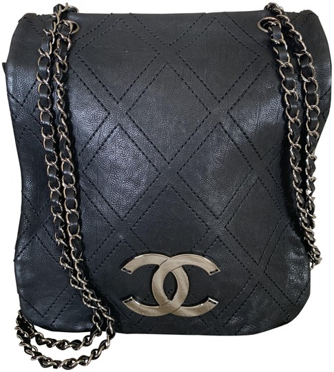 Preload https://img-static.tradesy.com/item/25356394/chanel-diamond-stitch-quilted-medium-black-calfskin-leather-cross-body-bag-0-1-540-540.jpg
