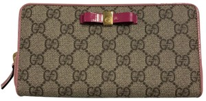 d44df5b63d18 Gucci GG Supreme Canvas Patent Leather Ribbon Zip Around Wallet Clutch