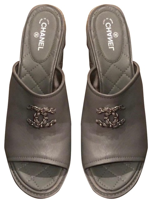 Item - Grey Quilted Leather Chain Cc Logo Sandals Size US 9.5 Regular (M, B)