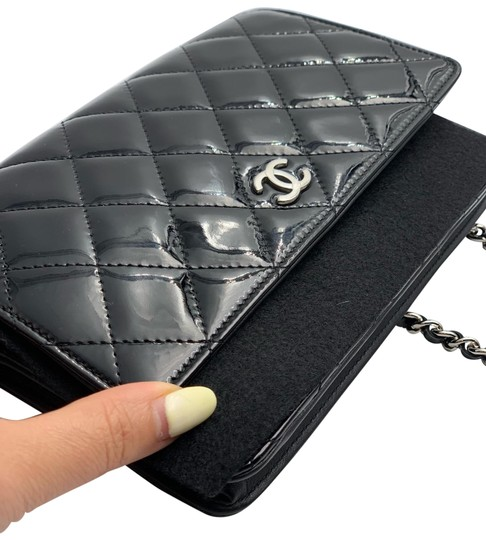 Preload https://img-static.tradesy.com/item/25366874/chanel-wallet-with-chain-black-quilted-leather-cross-body-bag-0-1-540-540.jpg