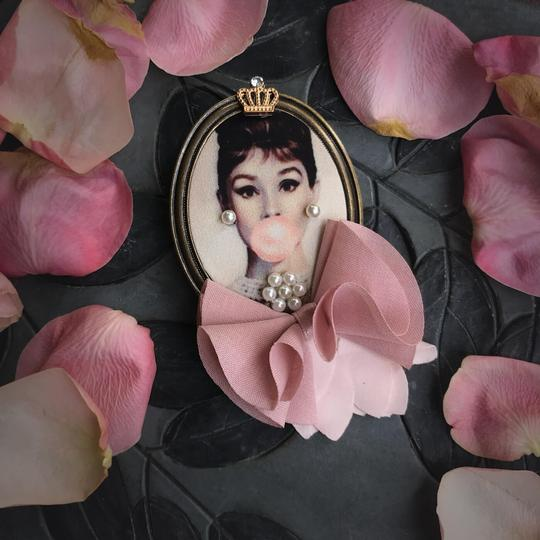 Other Audrey Hepburn Brooch Bubble Gum Crown Pearl Hair Pin Clip Queen Image 1