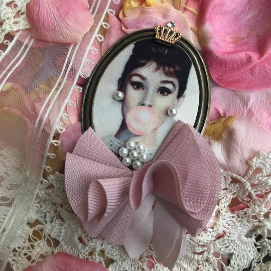 Other Audrey Hepburn Brooch Bubble Gum Crown Pearl Hair Pin Clip Queen Image 5