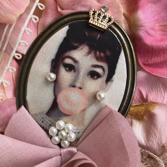 Other Audrey Hepburn Brooch Bubble Gum Crown Pearl Hair Pin Clip Queen Image 6
