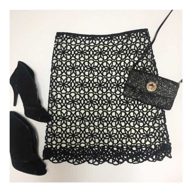 Item - Black & White 9-h15 Stcl Dilated Lace Skirt Size 8 (M, 29, 30)