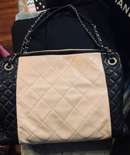 Chanel Tote in Beige and black Image 1