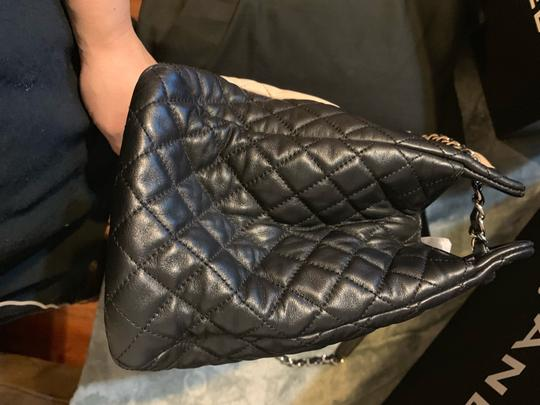 Chanel Tote in Beige and black Image 2