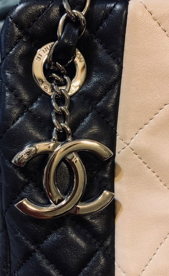 Chanel Tote in Beige and black Image 3