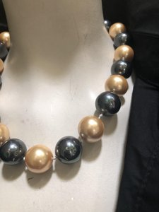 Knowlesandco 18m round and black south sea sea shell pearls