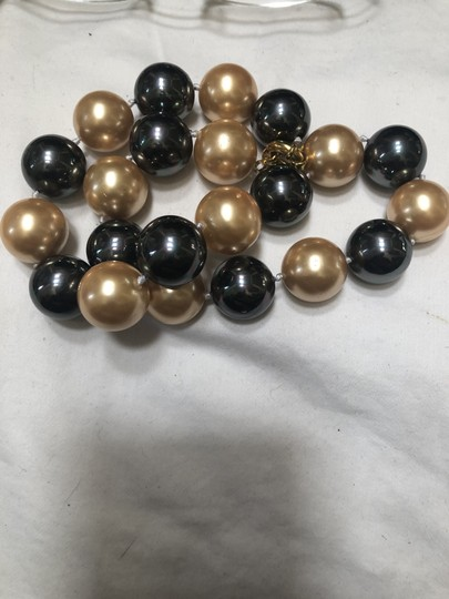 Knowlesandco 18m round and black south sea sea shell pearls Image 2