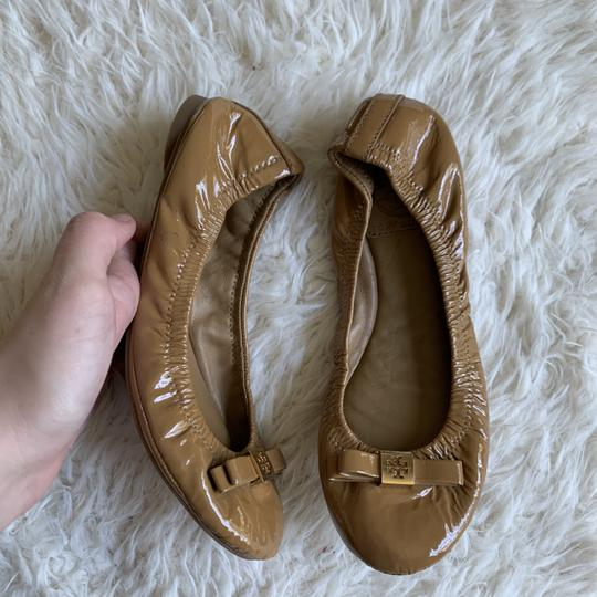 Tory Burch Patent Leather Logo Ballet Work Tan Flats Image 5