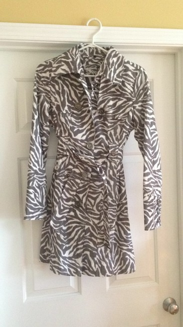 Preload https://item2.tradesy.com/images/guess-grey-zebra-print-trench-size-4-s-25471-0-0.jpg?width=400&height=650