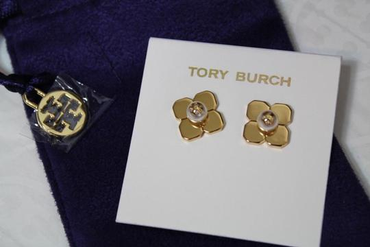Tory Burch NEW TORY BURCH FLORAL GOLD LOGO PEARL STUD EARRINGS DUST BAG NWT Image 2