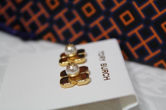 Tory Burch NEW TORY BURCH FLORAL GOLD LOGO PEARL STUD EARRINGS DUST BAG NWT Image 3