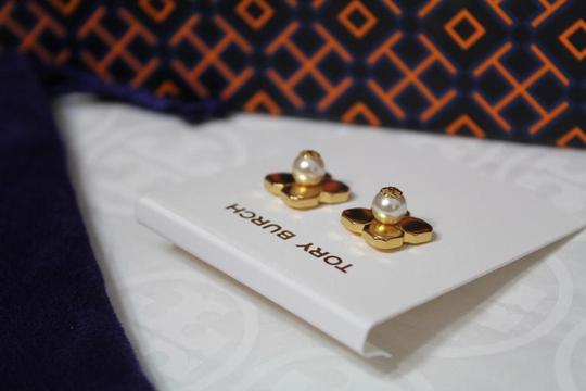 Tory Burch NEW TORY BURCH FLORAL GOLD LOGO PEARL STUD EARRINGS DUST BAG NWT Image 5