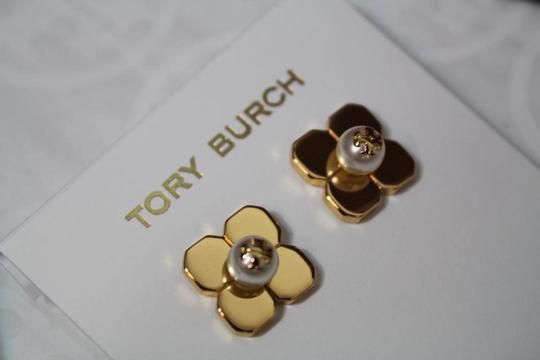 Tory Burch NEW TORY BURCH FLORAL GOLD LOGO PEARL STUD EARRINGS DUST BAG NWT Image 8