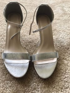 David's Bridal Silver Nayomi Pumps Size US 7.5 Wide (C, D)